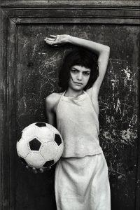 Palermo.1980. Quartiere La Cala - La bambina con il pallone
